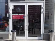 Алюминиевая дверь в отделении банка