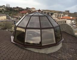 Светопрозрачный купол на крыше жилого дома