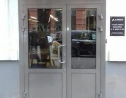 Алюминиевая двустворчатая дверь по адресу г. Москва, ул. Малая Пироговская, д. 13.